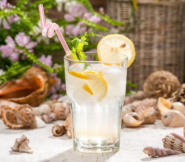 Piękny koktajl alkoholowy na drewnianym stole