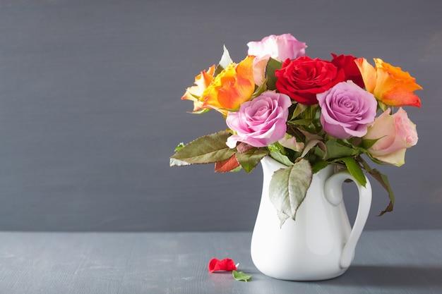Piękny kolorowy bukiet kwiatów róży w wazonie