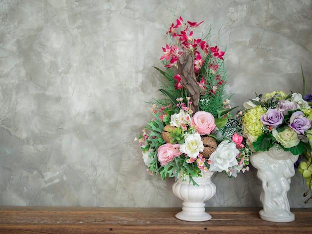 Piękny kolorowy bukiet kwiatów w biały wazon vintage ozdoba na drewnianym stole na tle ścian betonowych w stylu loft, z miejsca kopiowania.