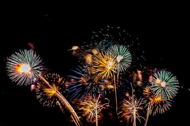 Piękny kolorowy pokaz sztucznych ogni w nocy dla świętowania