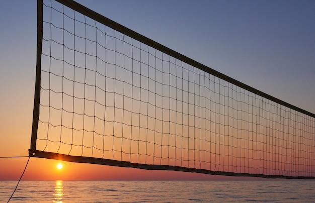 Piękny kolorowy zachód słońca nad morzem i świeci słońce. pomarańczowe niebo.