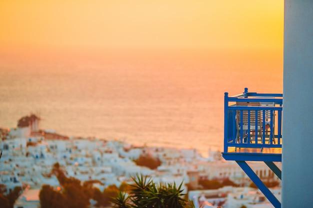 Piękny kolorowy zachód słońca w niesamowitym greckim miasteczku mykonos