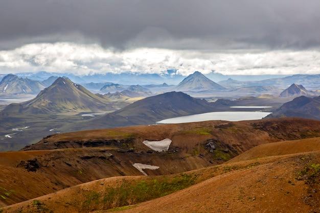 Piękny kontrast górskiego krajobrazu na islandii. podróże i malownicze miejsca do wędrówek.