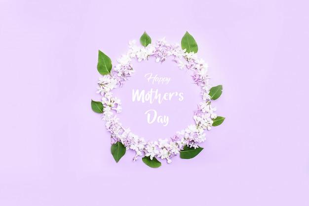Piękny krąg bzu kwiatów i liści w środku napisu szczęśliwy dzień matki.