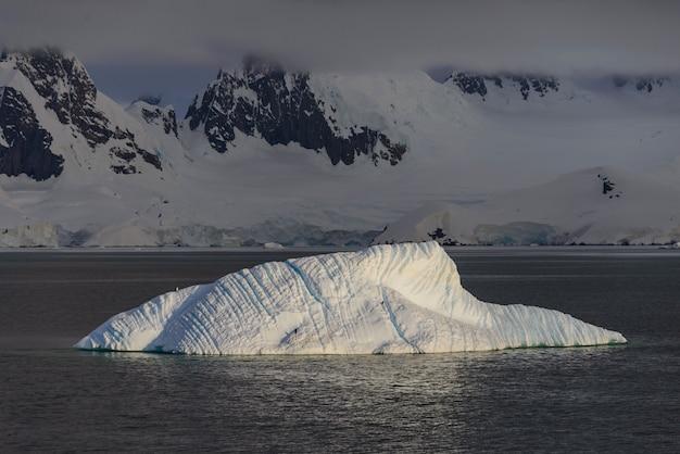 Piękny krajobraz antarktydy z górą lodową