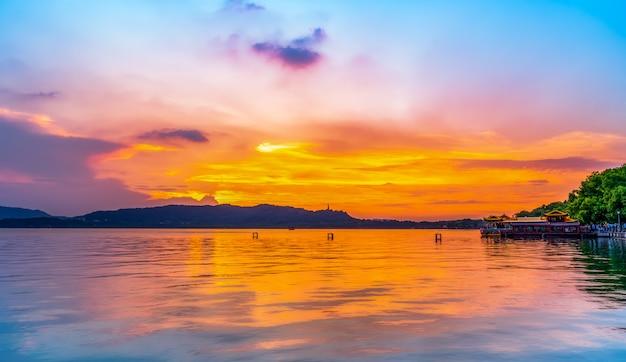 Piękny krajobraz architektoniczny i krajobraz west lake w hangzhou