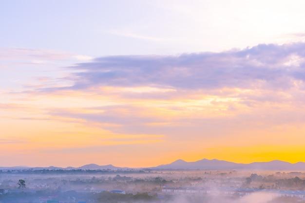 Piękny krajobraz denny ocean wokoło pattaya miasta w tajlandia przy zmierzchu czasem