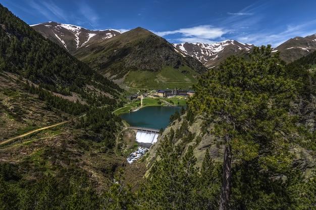 Piękny krajobraz doliny núria w hiszpanii, hotel i jego tama przed pirenejami