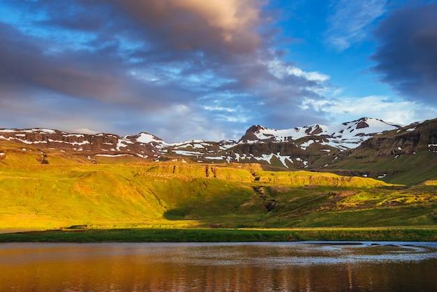 Piękny krajobraz gór i rzek na islandii.