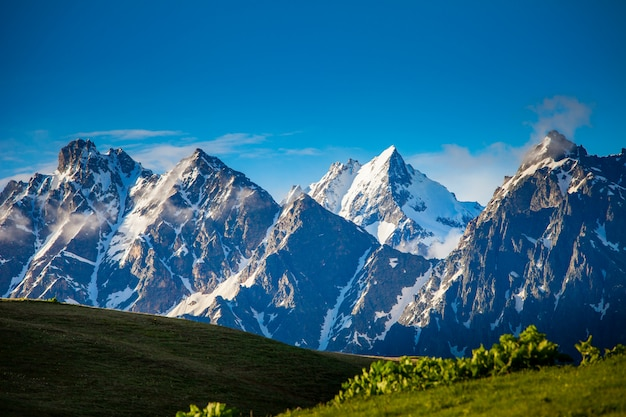 Piękny krajobraz gór skalistych