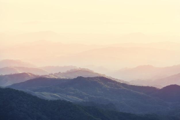 Piękny krajobraz gór w kostaryce, ameryce środkowej