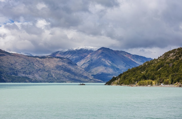 Piękny krajobraz gór wzdłuż drogi żwirowej carretera austral w południowej patagonii, chile
