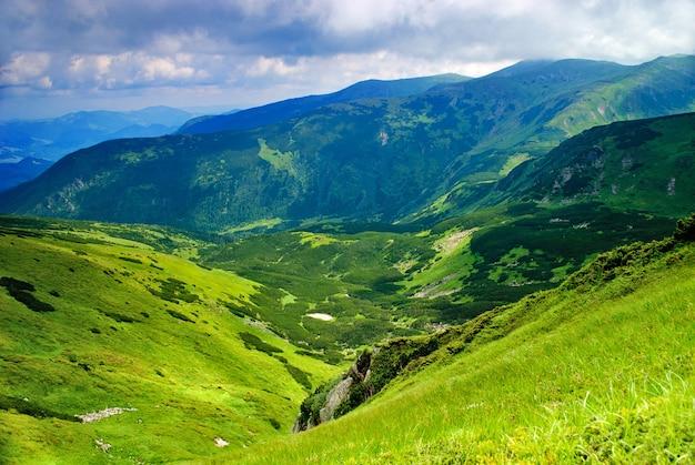 Piękny krajobraz gór z jeziorem i chmurami w karpatach