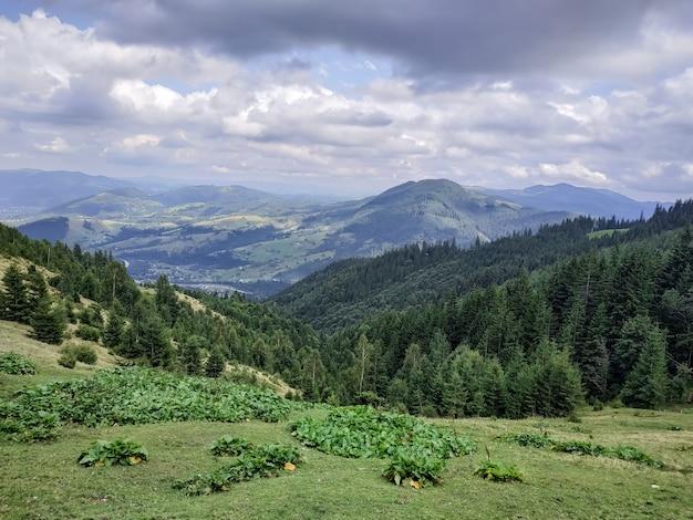 Piękny krajobraz gór z pięknym niebem i chmurami w karpatach
