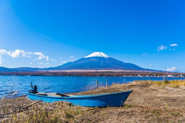 Piękny krajobraz górski fuji wokół jeziora yamanakako