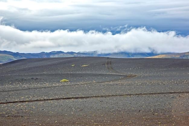 Piękny krajobraz górski na islandii. przyroda i miejsca na wspaniałe podróże