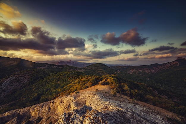 Piękny krajobraz górski o zachodzie słońca