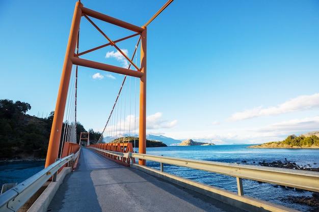 Piękny krajobraz górski wzdłuż drogi żwirowej carretera austral w południowej patagonii, chile