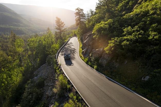 Piękny krajobraz górskiej drogi