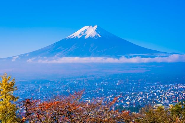 Piękny krajobraz góry fuji wokół drzewa liści klonu jesienią