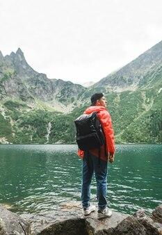 Piękny krajobraz góry i jeziora z człowiekiem