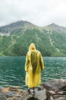 Piękny krajobraz góry i jeziora z kobietą
