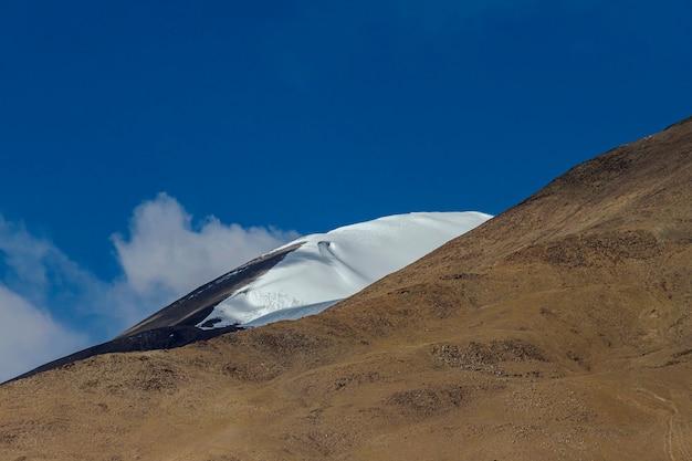Piękny krajobraz i droga w północnej części indii ladakh india