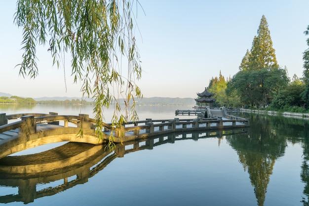 Piękny krajobraz i krajobraz w zachodnim jeziorze, hangzhou