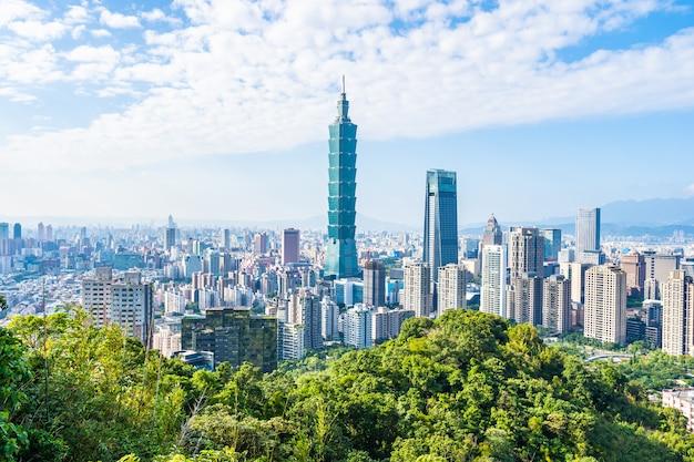 Piękny krajobraz i pejzaż budynku i architektury taipei 101 w mieście