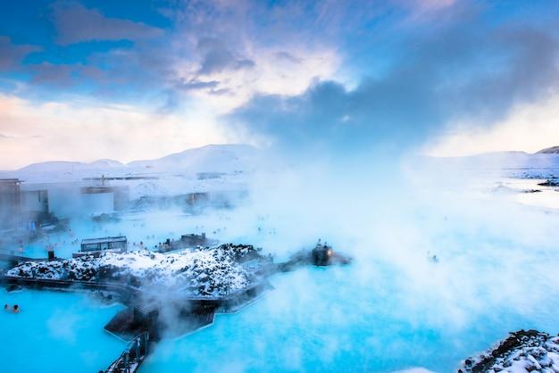 Piękny krajobraz i zmierzch blisko błękitnej laguny gorącej wiosny zdroju w iceland