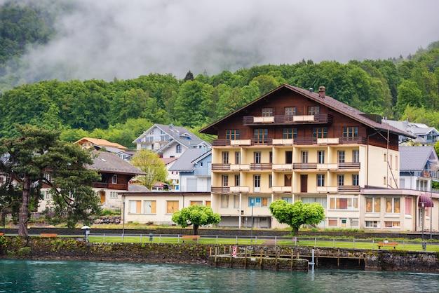 Piękny krajobraz jeziora brienz i starego miasta w interlaken, szwajcaria.