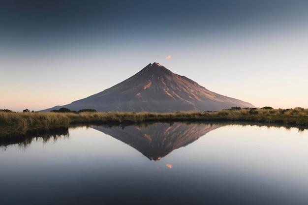 Piękny krajobraz jeziora dive i góry taranaki, nowa zelandia