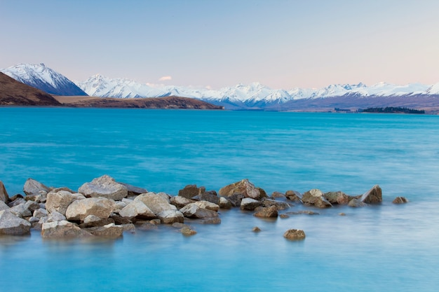 Piękny krajobraz jeziora i gór
