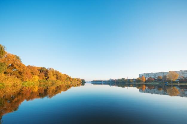 Piękny krajobraz jeziora jesienią