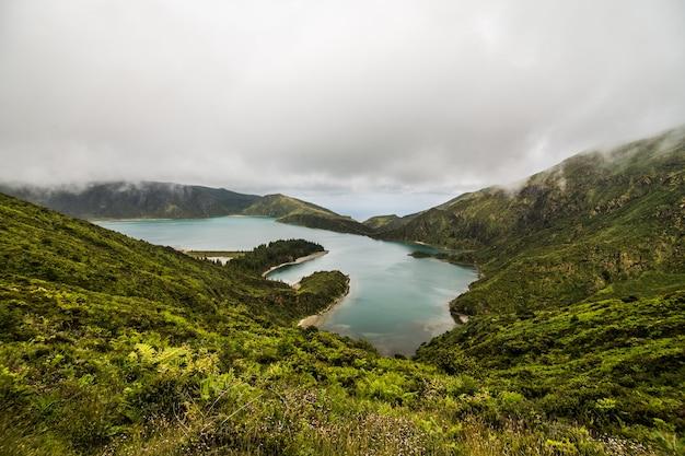 Piękny krajobraz jeziora ognia lagoa do fogo na wyspie sao miguel - azory - portugalia