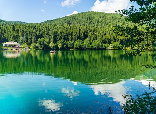 Piękny krajobraz jeziora z parku przyrody borcka karagol
