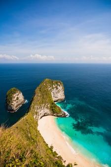 Piękny krajobraz kelingking beach w górach na plaży i morze błękitne niebo w nusa penida