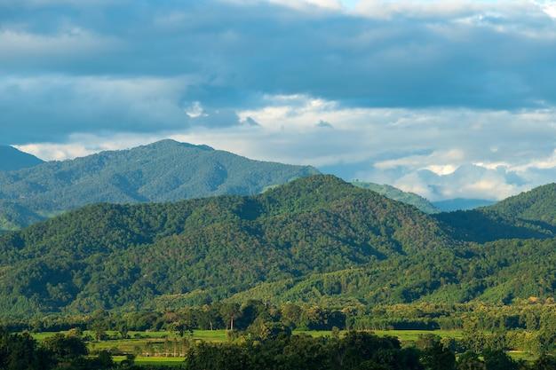 Piękny krajobraz lato w górach z zachodem słońca