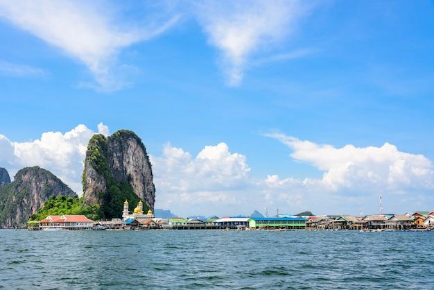 Piękny krajobraz meczet morze i niebo latem na wyspie punyi, ko panyi lub koh panyee, muzułmańska wioska rybacka landmark atrakcji podróży łodzią w ao phang nga bay national park, tajlandia, azja