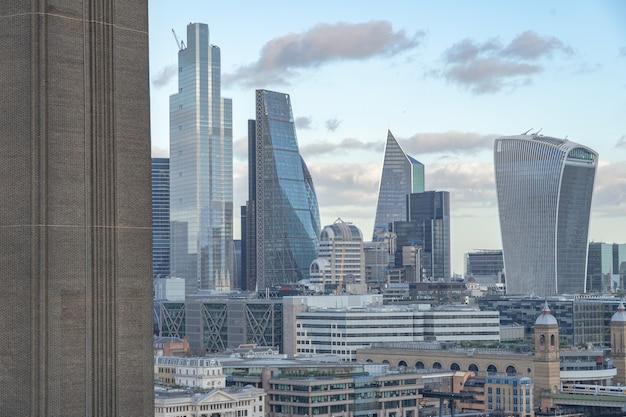 Piękny krajobraz miejski z nowoczesnymi budynkami i drapaczami chmur w wielkiej brytanii