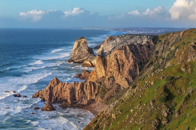 Piękny krajobraz morski cabo da roca w lizbonie w portugalii.