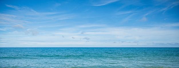 Piękny krajobraz morski z błękitnym niebem i drobnymi chmurkami w słoneczny dzień, tajlandia. piękny krajobraz morski z błękitnym niebem i drobnymi chmurkami w słoneczny dzień, tajlandia.