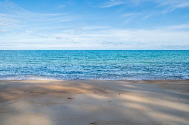 Piękny krajobraz morski z błękitnym niebem i drobnymi chmurkami w słoneczny dzień, tajlandia.