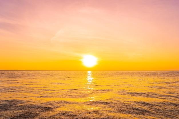 Piękny krajobraz morza o zachodzie słońca lub wschodzie słońca