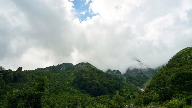 Piękny krajobraz na górze z ładnym niebem, achisho, sochi