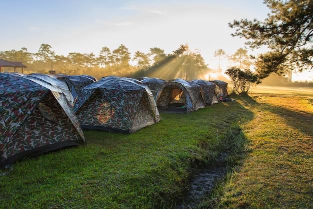 Piękny krajobraz na wschód słońca czas i namiot