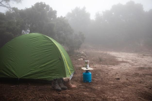 Piękny krajobraz namiotu w przyrodzie