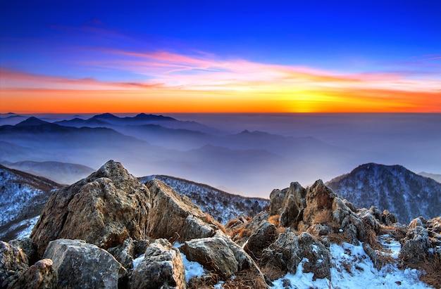 Piękny krajobraz o zachodzie słońca w parku narodowym deogyusan zimą, korea południowa