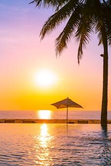 Piękny krajobraz odkryty basen z parasolem i leżakiem w hotelowym kurorcie na relaks tra