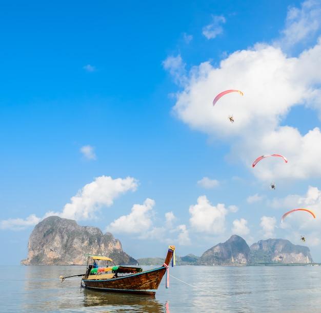 Piękny krajobraz pak meng plaża w trang, tajlandia